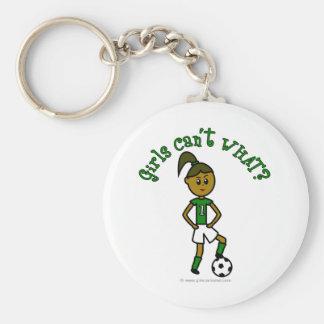 Fútbol oscuro de los chicas en uniforme del verde llavero redondo tipo pin