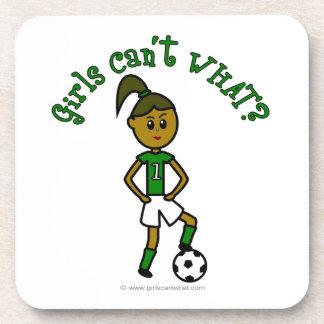 Fútbol oscuro de los chicas en uniforme del verde posavasos