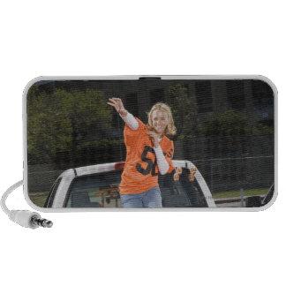 Fútbol que lanza de la mujer del chupar rueda iPod altavoz