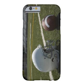 Fútbol y casco de fútbol americano en campo de funda de iPhone 6 barely there