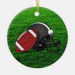 Fútbol y casco en el ornamento de la hierba ornamentos para reyes magos