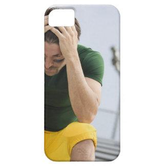 Futbolista derrotado con la cabeza en manos iPhone 5 funda