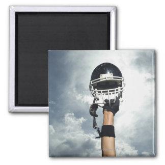 Futbolista que celebra el casco en aire imán cuadrado