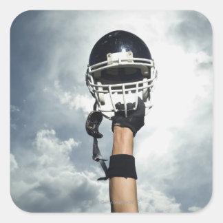 Futbolista que celebra el casco en aire pegatina cuadrada