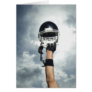 Futbolista que celebra el casco en aire tarjeta de felicitación