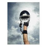 Futbolista que celebra el casco en aire tarjeta postal