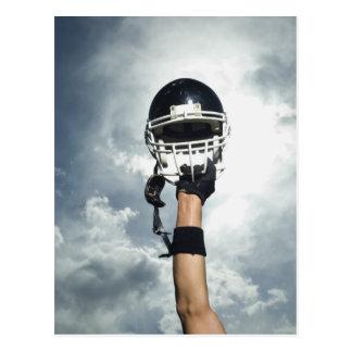 Futbolista que celebra el casco en aire tarjetas postales