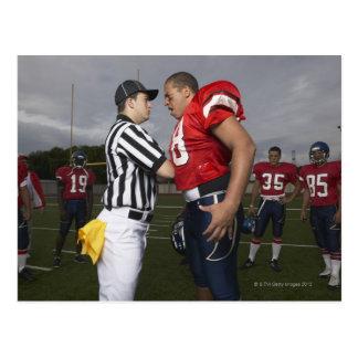 Futbolista que discute con el árbitro postales