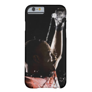 Futbolista que se refresca apagado con agua funda de iPhone 6 barely there