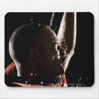 Futbolista que se refresca apagado con agua mouse pads