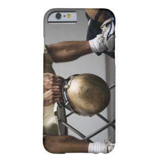 Futbolista que se sienta en vestuario funda de iPhone 6 barely there