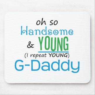 G-Papá hermoso y joven Tapetes De Raton