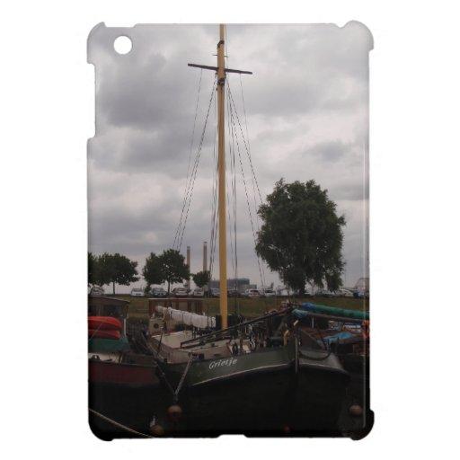 Gabarra de la navegación en un día gris