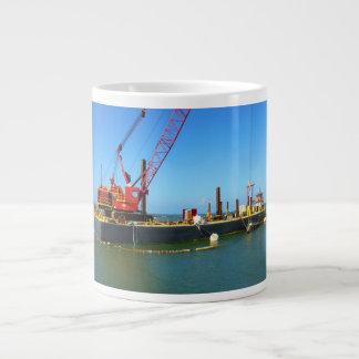 Gabarra flotante con la grúa colorida taza de café grande