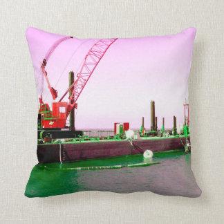 Gabarra flotante con la grúa verde y púrpura cojín decorativo