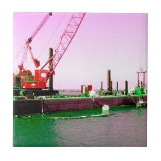 Gabarra flotante con la grúa verde y púrpura enton azulejo cuadrado pequeño