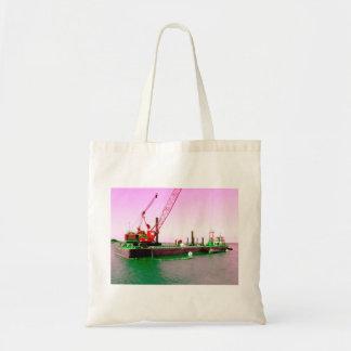 Gabarra flotante con la grúa verde y púrpura enton bolsas