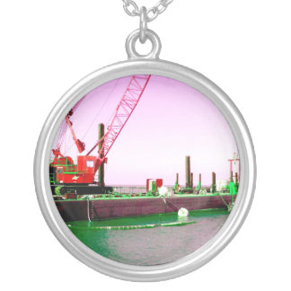 Gabarra flotante con la grúa verde y púrpura enton joyeria