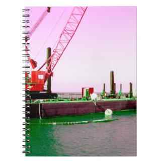 Gabarra flotante con la grúa verde y púrpura enton cuadernos