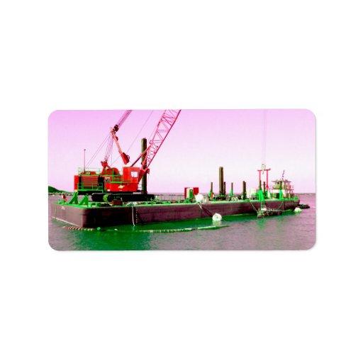 Gabarra flotante con la grúa verde y púrpura enton etiquetas de dirección