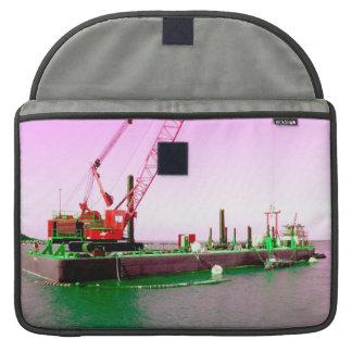 Gabarra flotante con la grúa verde y púrpura enton fundas para macbooks