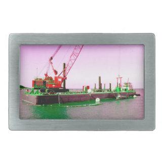 Gabarra flotante con la grúa verde y púrpura enton hebillas de cinturón rectangulares