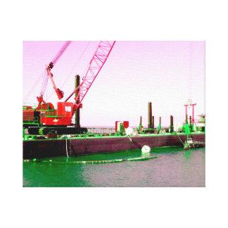 Gabarra flotante con la grúa verde y púrpura enton impresión en lienzo estirada