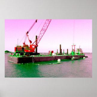 Gabarra flotante con la grúa verde y púrpura enton posters