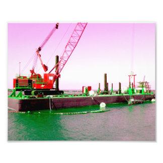 Gabarra flotante con la grúa verde y púrpura enton fotografía