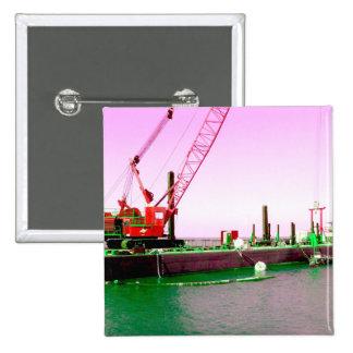 Gabarra flotante con la grúa verde y púrpura enton pin cuadrada 5 cm
