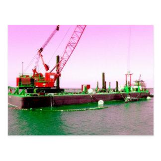 Gabarra flotante con la grúa verde y púrpura enton tarjetas postales