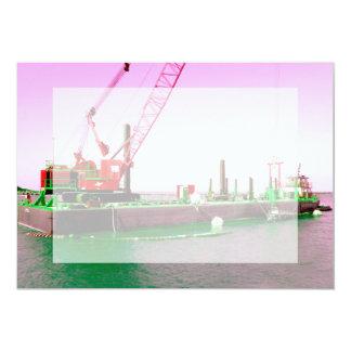 """Gabarra flotante con la grúa verde y púrpura invitación 5"""" x 7"""""""