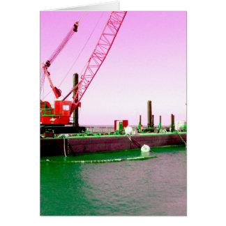 Gabarra flotante con la grúa verde y púrpura tarjeta de felicitación