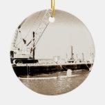 Gabarra flotante con la sepia de la grúa entonada ornamente de reyes
