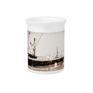 Gabarra flotante con la sepia de la grúa entonada jarra