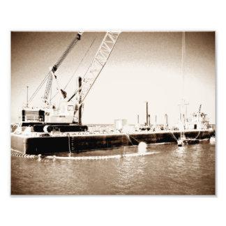 Gabarra flotante con la sepia de la grúa entonada fotografia