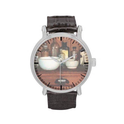 Gabinete con el mortero y las majas relojes de mano