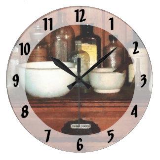 Gabinete con el mortero y las majas reloj redondo grande