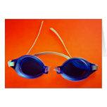 Gafas azules de la natación en el naranja