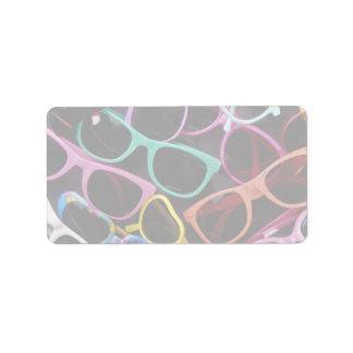 Gafas de sol coloridas hermosas etiqueta de dirección