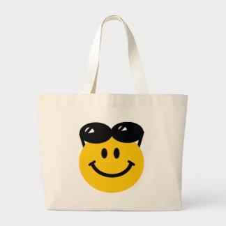 Gafas de sol encaramadas encima de la cara sonrien bolsas de mano