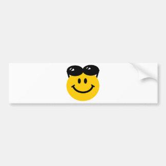 Gafas de sol encaramadas encima de la cara sonrien etiqueta de parachoque