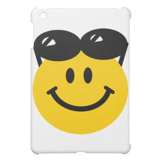 Gafas de sol encaramadas encima de la cara sonrien