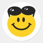 Gafas de sol encaramadas encima de la cara sonrien etiqueta redonda