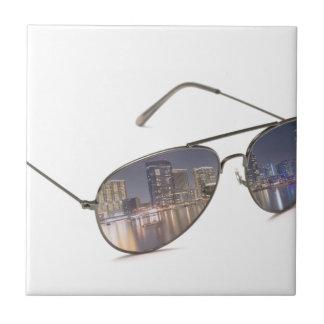 gafas de sol frescas con la reflexión del paisaje tejas  ceramicas