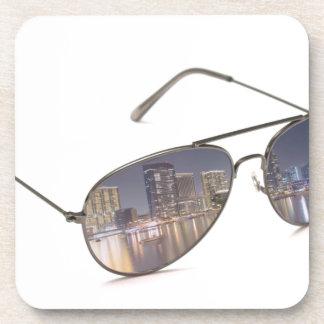 gafas de sol frescas con la reflexión del paisaje  posavasos de bebida