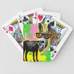 Gafas de sol que llevan del burro baraja cartas de poker