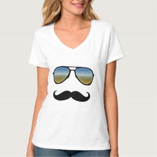 Gafas de sol retras con el bigote camisas