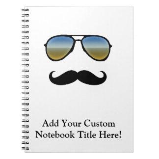 Gafas de sol retras divertidas con el bigote libro de apuntes