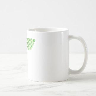 Gafas de sol verdes de los tréboles taza de café